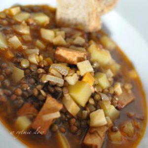 wegańska zupa z brązową soczewicą