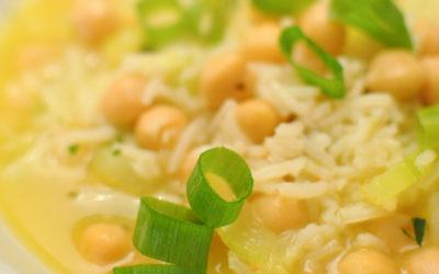 Wakacyjna wegańska zupa z cukinią i ryżem