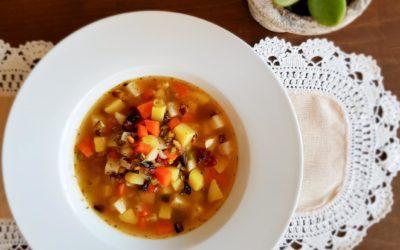 Wegańska zupa jarzynowa z suszonymi pomidorami