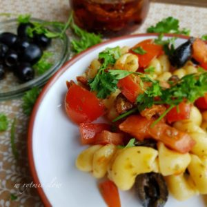 pomidorowa sałatka z makaronem