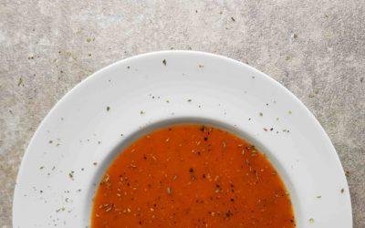 Wegański krem z pomidorów z cukinią.